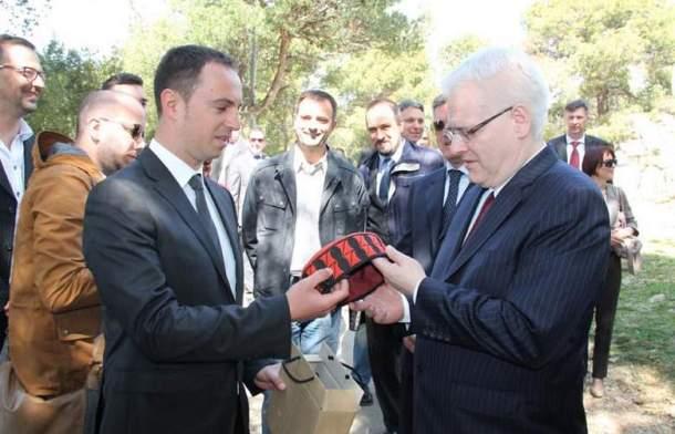 Društvo predsjedniku poklanja šibensku kapu na tvrđavi Barone