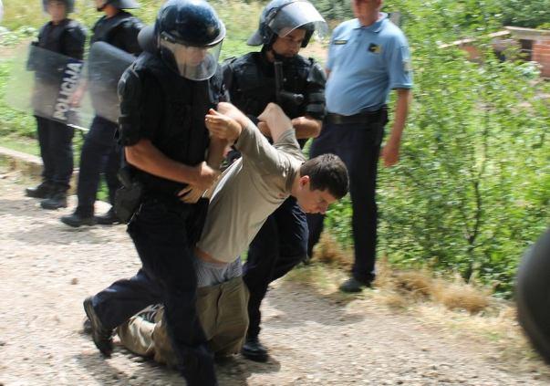 Deložacija u Potkonju - Policija odnosi Ivana Pernara u maricu (Foto H. Pavić)