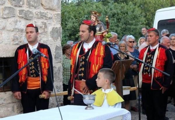 Načelnik Općine Tisno i Saborski zastupnik SDP-a Tisno s prijateljima je u procesiji nosio kip sv. Roko (Foto Facebook)