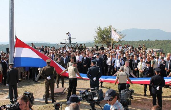 Podizanje zastave za prošlogodišnje proslave Dana pobjede i domovinske zahvalnosti (Foto: Tris/H. Pavić)