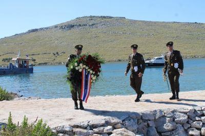 Vijenac Vlade, Sabora i Predsjednika stigao u uvalu Šipnate (Foto: H. Pavić)