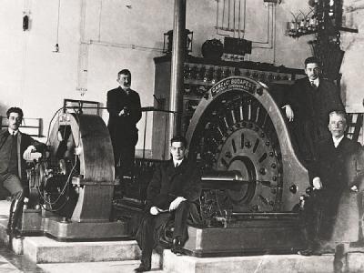 Ante Šupuk i suradnici pred u postrojenju hidrocentrale (foto: Wikipedia)