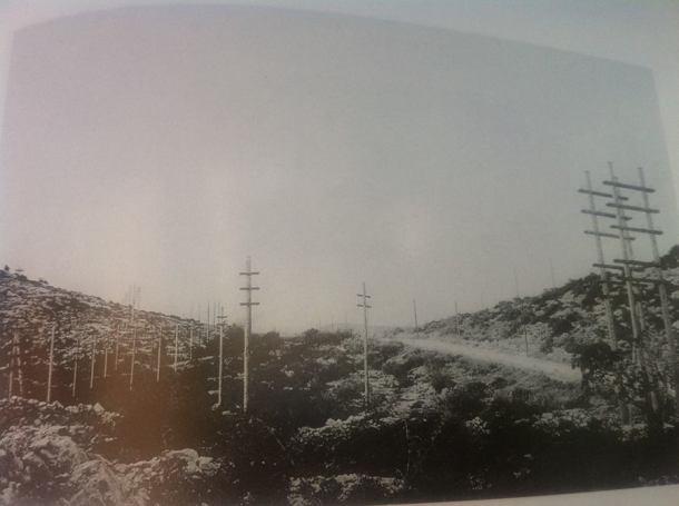 Novopostavljeni stupovi za prijenos struje od Krke do Šibenika iz knjige Šibensko munjivo)