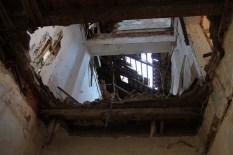S vanjske strane zgrade kov se još kako tako drži, dok je s dvorišne strane potpuno propao