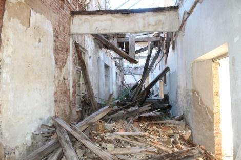 Neprohodni, ruševinama zakrčeni hodnici