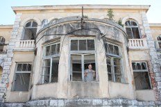 Nikola Dorbić iza razbijenog prozora Preparandije