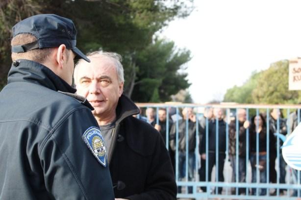 Zdravko Burazer u razgovoru s policajcem na osiguranju nedavnog prosvjeda radnika TLM-a (Foto: H. Pavić)