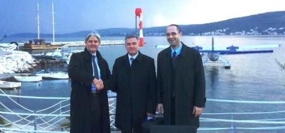 Stisak ruke i hidroavion u pozadini foto Grad Šibenik)