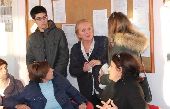 V.d. ravnateljice Diana Vodanović (u sredini) s uznemirenim roditeljima i učenicima