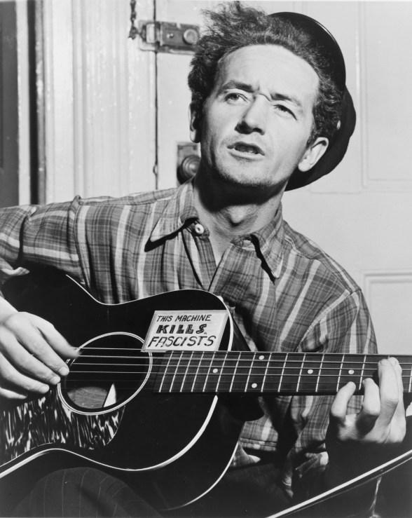Woody Guthrie s natpisom na gitari (izvor Wikipedia)