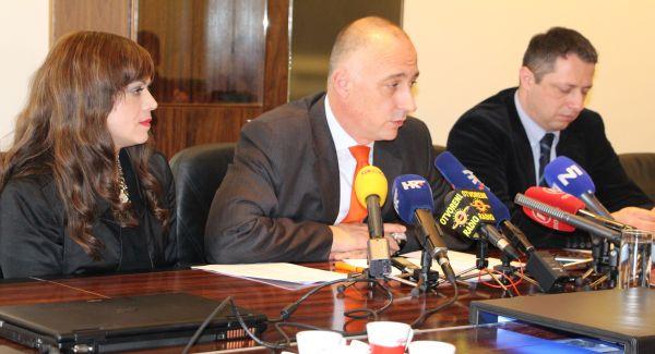 Ministar i suradnici nakon dodjele dozvola (foto www.mingo.hr)