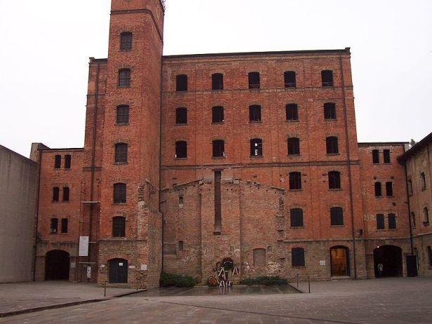 Rižarnu San Sabba – tvornicu za ljuštenje riže od 8. rujna 1943. nacisti su koristili kao logor, za razvrstavanje zatvorenika koje su  deportirali u Njemacku i Poljsku, a i za masovno uništenje. Poslije rata ovdje su smještali izbjegle od kominističkih režima istočne Europe