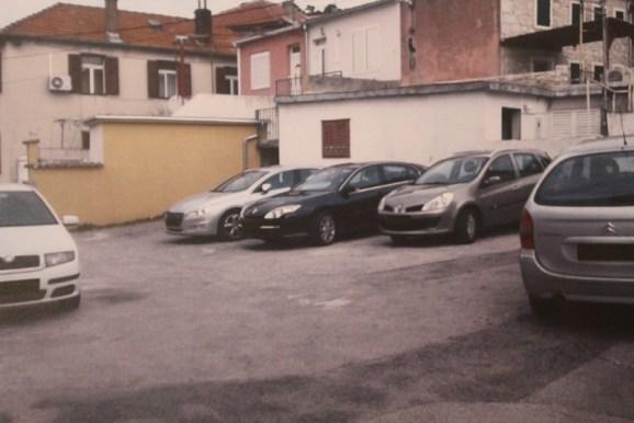 Grad je prodao dio na kojem su parkirana tri automobila