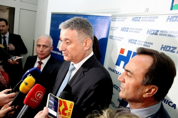Tomislav Karamarko odgovara na novinarska pitanja pred početak proslave 25. obljetnice HDZ-a u Šibeniku  (Foto: H Pavić)
