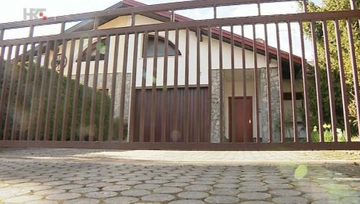 Kuća u Zaprešiću u kojoj već pet mjeseci spava Đuro Glogoški, dok je javnost bila uvjerena da on prosvjeduje u šatoru (Screenshot HRT)