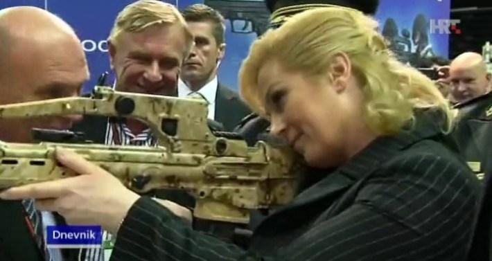 Predsjednica RH Kolinda s nekom puškom (foto: printscreen HTV)