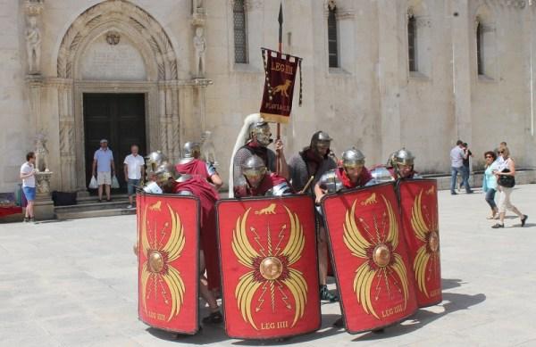 Vojna formacija 'kornjače' Dioklecijanove legijepred katedralom sv. Jakova (Foto: H. Pavić