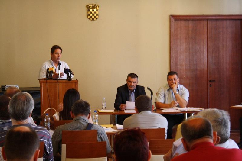 Stipe Petrina za skupštinskom govornicom (Foto: Tris/H. Pavić)