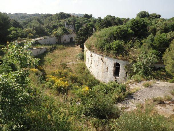 Jedna od zapuštenih povijesnih utvrda unutar Muzila - foto TRIS/GŠ