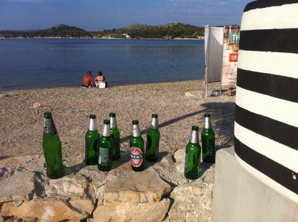 Prazne boce se sunčaju na plaži Banj - foto TRIS