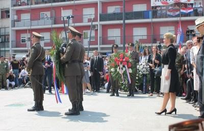 Predsjednica je na prijavak i polaganje vijenaca kasnila 50 minuta (Foto: Tris/H. Pavić)