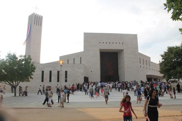 Svi vjernici nisu mogli stati u crkvu (Foto: Tris/H. Pavić)