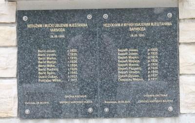 Spomenik na latinici i ćirilici  (Foto: Tris/H. Pavić)