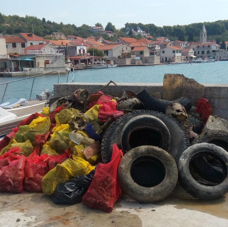 Sa dna uvale u Prvić Luci izvađeno osam kubika smeća
