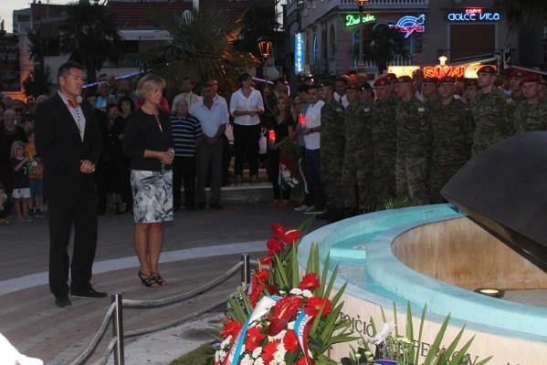 Svijeće su zapalili i zapalili svijeće predstavnici Grada Vodica, Šibensko-kninske županije, Sabora, predsjednice RG, Vlade RH...