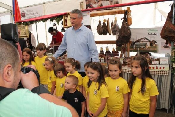 Tomislav Karamarko fotografirao se s djecom drniškog vrtića (Foto: Tris/H. Pavić)