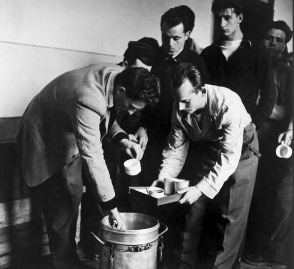 Dobrovoljci kuhaju čaj za pridošle Mađare (izvor UNHCR)
