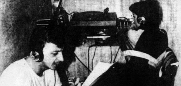 Siniša Glavašević snimljen dok čita vijesti na radiju u opkoljenom Vukovaru