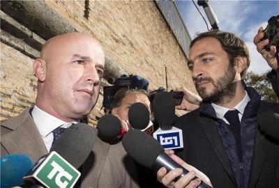 Novinar Gianluigi Nuzzi (lijevo) pred početak suđenja u Vatikanu (foto: HINA/EPA/MASSIMO PERCOSSI)