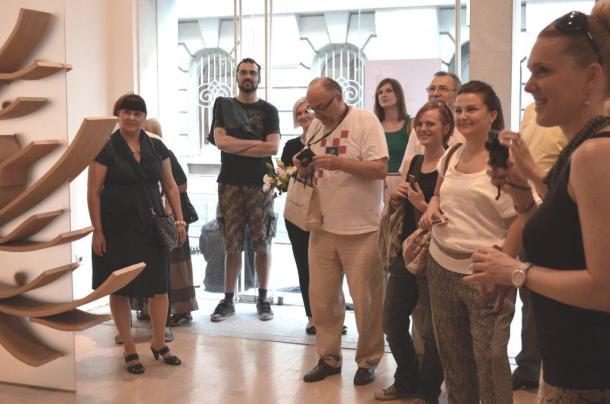 Nasmiješeni umjetnici i posjetitelji, arhivska fotografija (foto ULUPUH)(