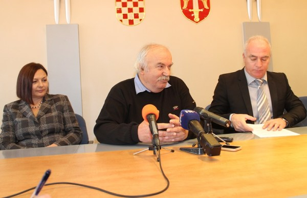 Marina Krvavica s kninskog Veleučilišta, predsjednik Udruge drniških pršutara Zvonimir Marin i župan Goran pauk (Foto: Tris/H. Pavić)