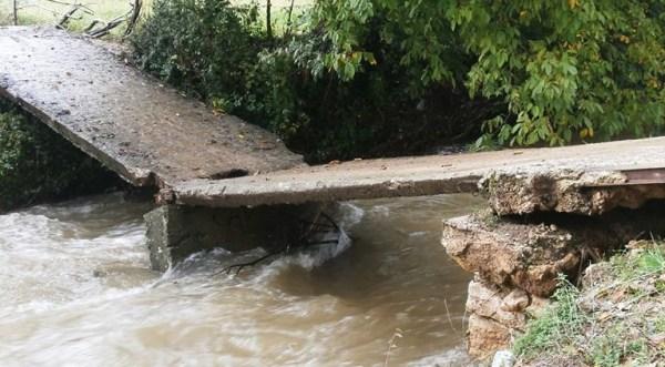 Preko ovig mostića svaki dan nekoliko puta prelazi 20-ak djece iz Rašković i drugih sela