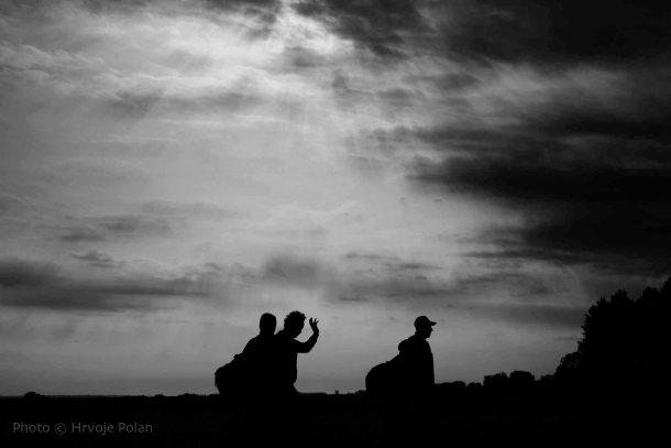 Migranti u suton, na hrvatskoj i srpskoj granici (foto Hrvoje Polan)