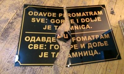 Performans uoči pravoslavnog Božića: Ponovno razbijene dvojezične ploče