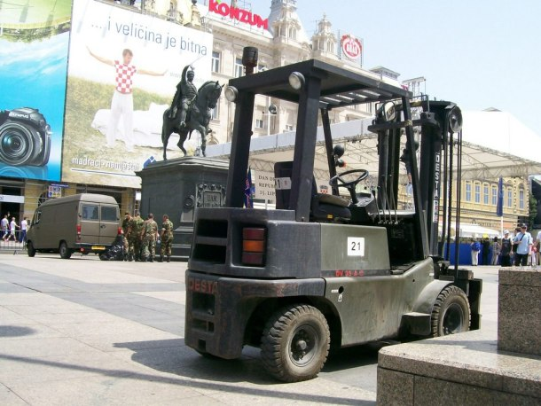 Ilustracija, vojni viljuškar na središnjem zagrebačkom trgu (foto Wikimedia)