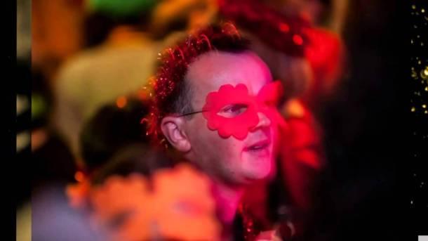 Maskirani plesač s anđelima (foto youtube)