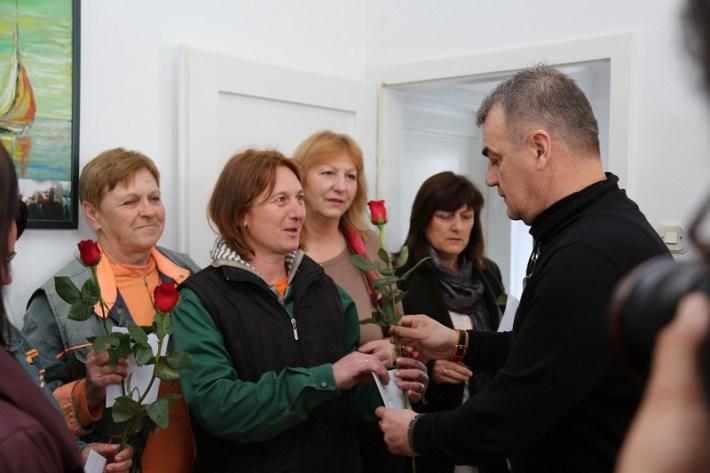 Zelenilo d.o.o. - direktor Siniša Burić dijeli ruže za 8. ožujka (Foto Tris H. Pavić) (3)