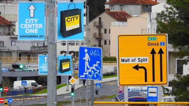Smjerokazi koji pokazuju kojim smjerom ne treba ići (foto TRIS/G. ŠIMAC)