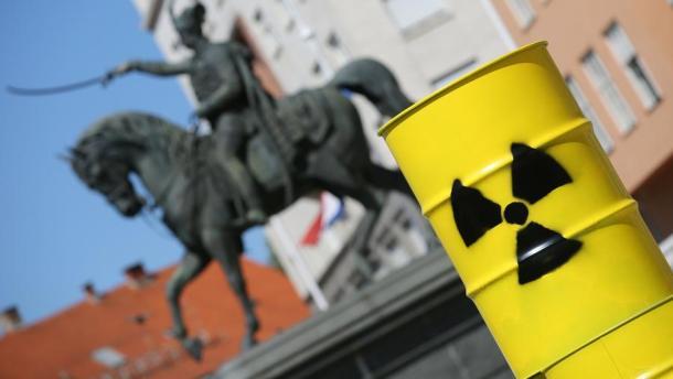 Zagreb, 26.04.2016. - Povodom 30 godina od nuklearne katastrofe u Èernobilu, Zelena akcija na Trgu bana Jelaèiæa izvela je akciju kojom je ukazala na opasnost i negativan utjecaj na okoliš nuklearnih elektrana. foto HINA/ Lana SLIVAR DOMINIÆ/ lsd