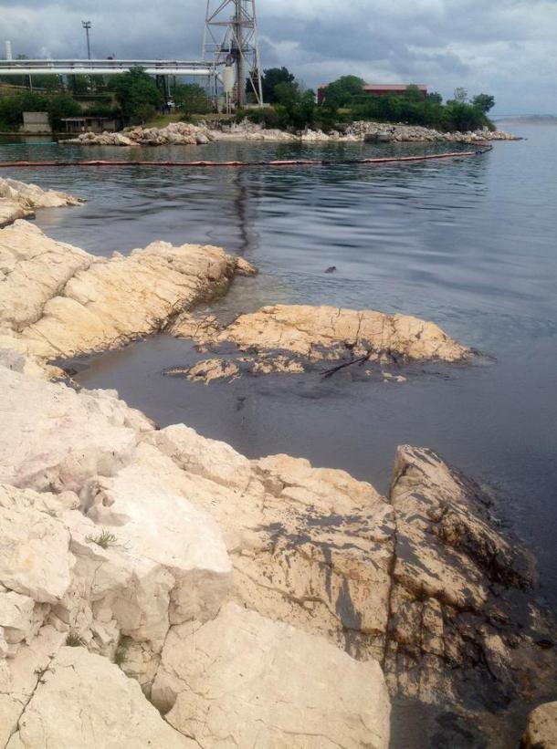 Nafta na kamenitoj jadranskoj obali (foto Hina/Općina Kostrena)