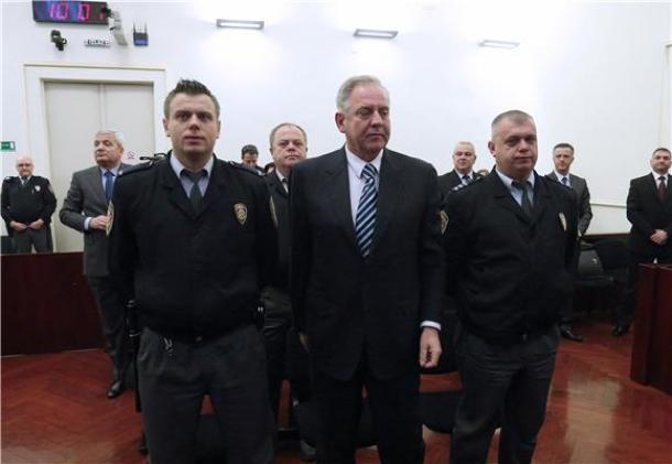 Ivo Sanader s pravosudnim policajcima (foto HINA)