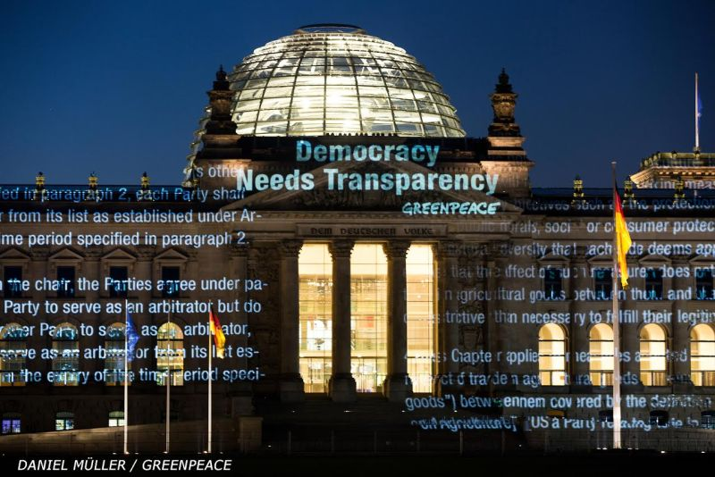 Aktivisti Greenpeacea jučer su na zgradi njemačkog parlamenta projicirali dijelove teksta dokumenta, tražeći demokraciju i transparentnost. © Daniel Müller / Greenpeace
