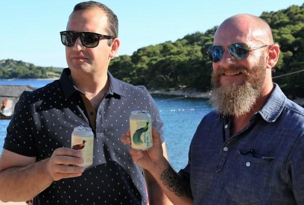 Ivan Klarin i Nick Colgan nazdravljaju The Garden pivom (Foto: Tris/H. Pavić)