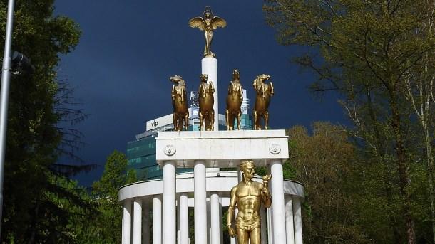 Spomenici, plastičan prikaz makedonske groteske (foto TRIS/G. Šimac)