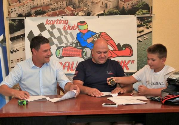 Potpisivanje sporazuma o sponzorstvu: Josip Živković, Hrvoje Škugor i Franko Škugor (Foto: tris/H. Pavić)
