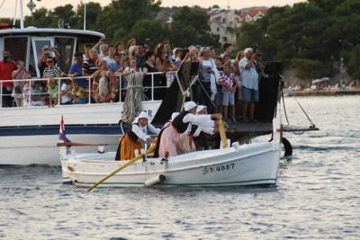 Publika na trajektu Spužvar, bodri pred ciljem